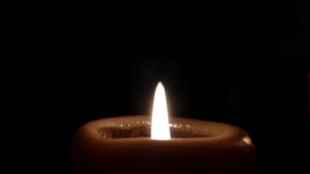 Dos velas en el cuarto oscuro. Uno rojo otro amarillo — Vídeo de ...