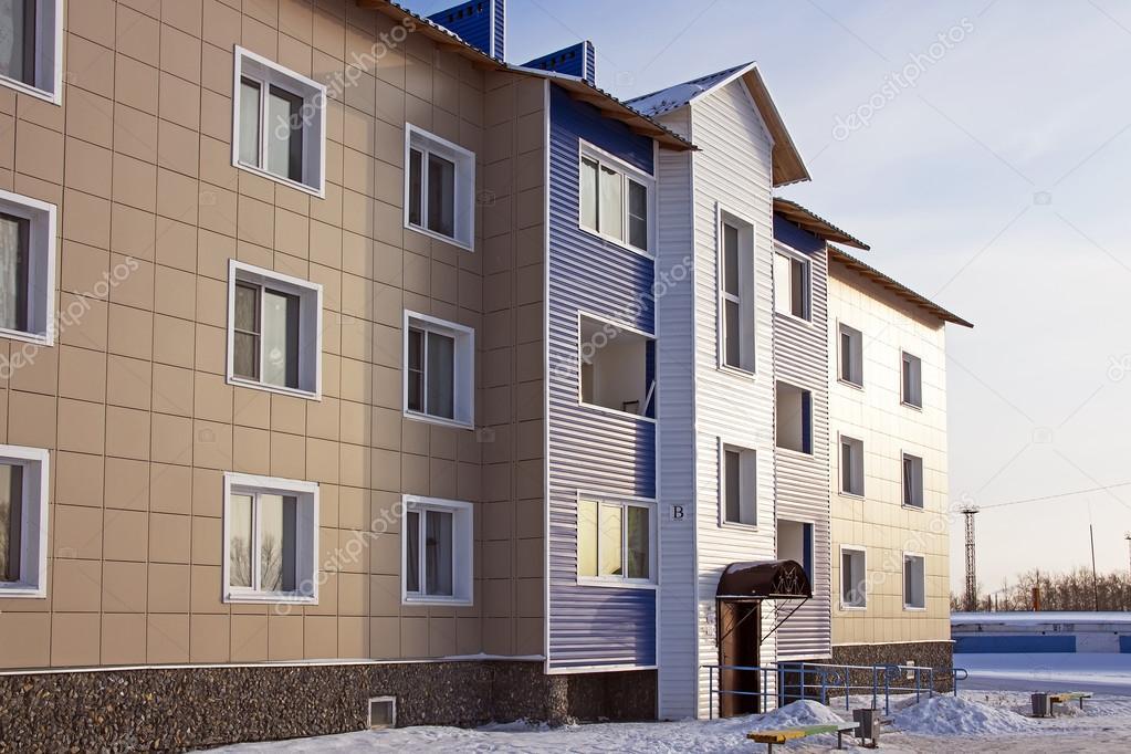 Maison moderne en briques de trois étages dans un nouveau quartier ...