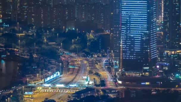 Timelapse Panorama město Hong Kong v noci s přístav Victoria a mrakodrapy osvětlena světly nad vodou při pohledu z vrcholu hory