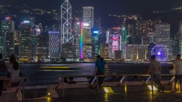 Panorama Hong Kong v noci nad přístav Victoria s jasné oblohy a městské mrakodrapy timelapse hyperlapse