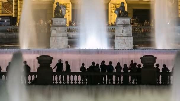 Híres fény show és mágikus szökőkutak TimeLapse előtt a nemzeti művészeti múzeum a Placa Espanya Barcelonában éjjel, Katalónia, Spanyolország