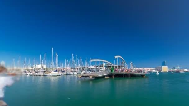 Rambla de Mar dřevěný chodník timelapse přes Port Vell ve městě Barcelona na den v Katalánsku, Španělsko