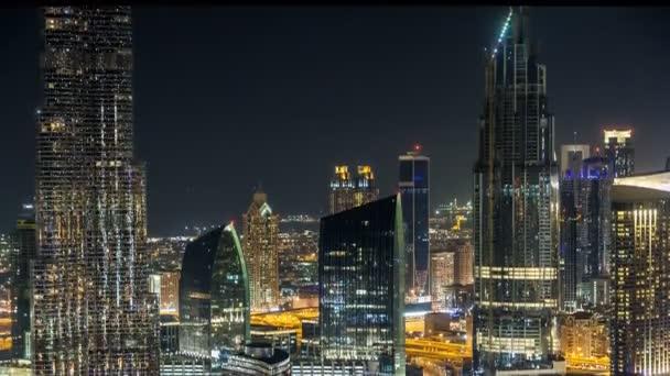 Malebné centrum Panorama timelapse Dubaj v noci. Střešní pohled na Sheikh Zayed road s četnými osvětlené věže