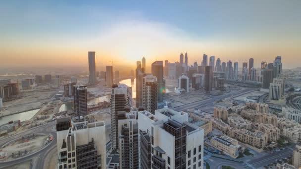 Malebné letecký pohled moderní velkoměsta s slunce timelapse. Obchodní bay, Dubaj, Spojené arabské emiráty
