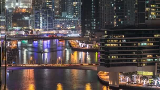 Nádherný letecký pohled shora na noční timelapse Dubai Marina v Dubaji, Spojené arabské emiráty
