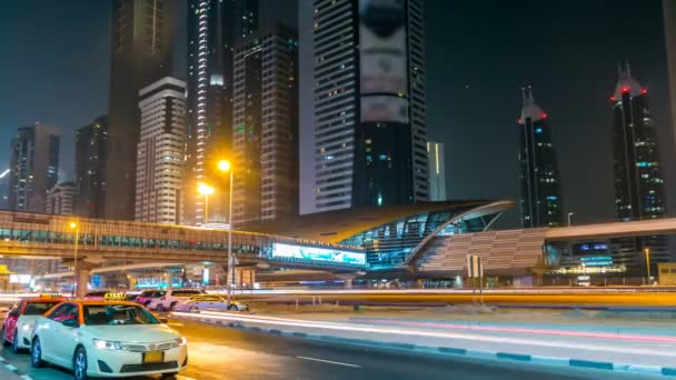 Al Qutaeyat Road věže noční timelapse. V ulici Sheikh Zayed road s mrakodrapy