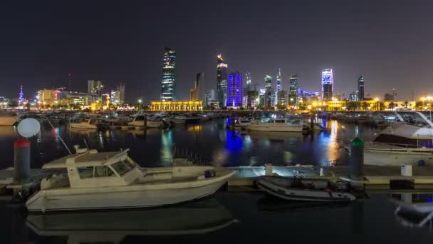 Jachty a čluny na Sharq Marina noční timelapse hyperlapse v Kuvajtu. Kuvajt City, Střední východ