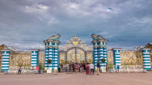 Zlatá brána se jen tak časně propadá. Puškin Carskoye Selo