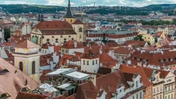Vzdušný pohled na tradiční Rudé střechy města Prahy, České republiky s kostelem svatého Jildího