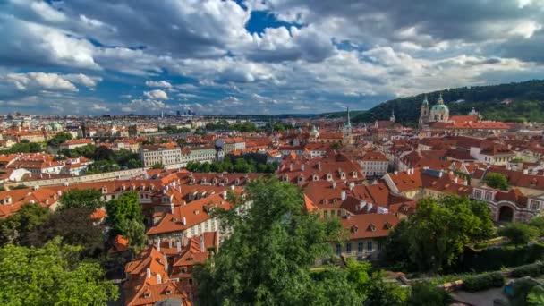 Panorama pražského Starého města s červenými střechami v časové oblasti, slavný Karlův most a řeka Vltavy, Česká republika.