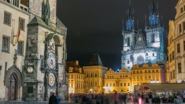 Noční čas iluminací timelapse Staroměstské radnice, Staroměstské náměstí a pohádky Týnský kostel Panny Marie