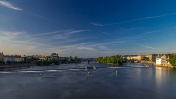 Řeka Vltava s mostem mezi legiemi a národním divadlem, Praha, Česká republika, se rozkládá v okrese Strelecky