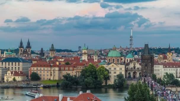 Malebný letní vzdušný výhled na architekturu mola starého města a Karlův most přes Vltavě v Praze. Praha, ÄŚeskĂ  republika.