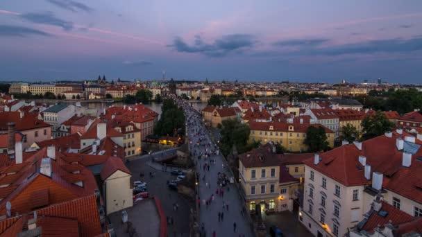 Malebný letní vzdušný výhled na architekturu mola starého města a Karlův most přes řeku Vltavy den a noc v Praze. Praha, ÄŚeskĂ  republika.