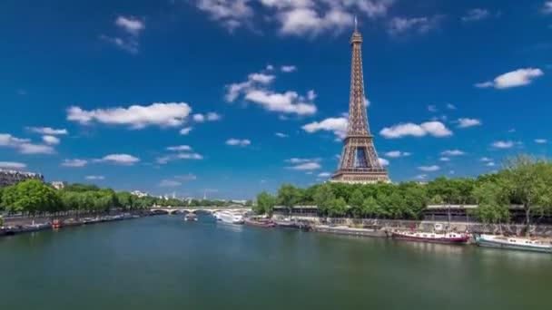 Eiffelova věž přešla z mostu přes řeku Seinu v Paříži