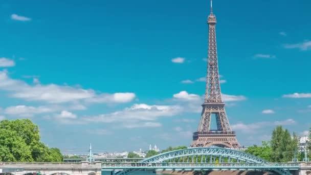 Eiffelova věž u řeky Seiny timelapse z mostu v Paříži, Francie