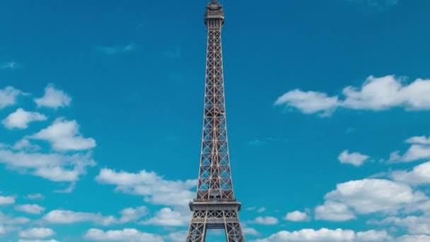 Champ de Mars a Eiffelova věž uplynou za slunečného letního dne. Paříž, Francie