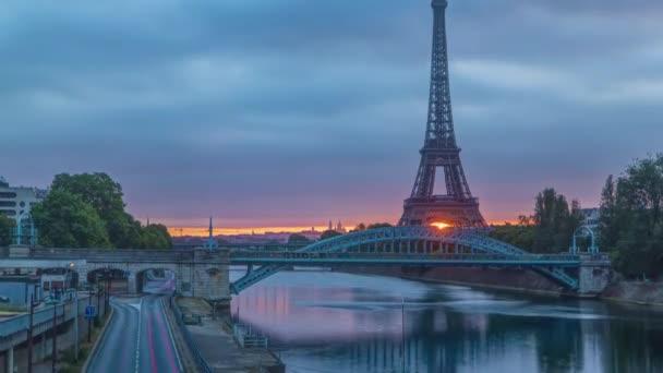 Eiffelova věž východ slunce timelapse s loděmi na řece Seine a v Paříži, Francie.
