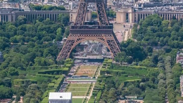 Letecký pohled z Montparnasse věže s Eiffelovou věží a Champ de Mars timelapse v Paříži, Francie.