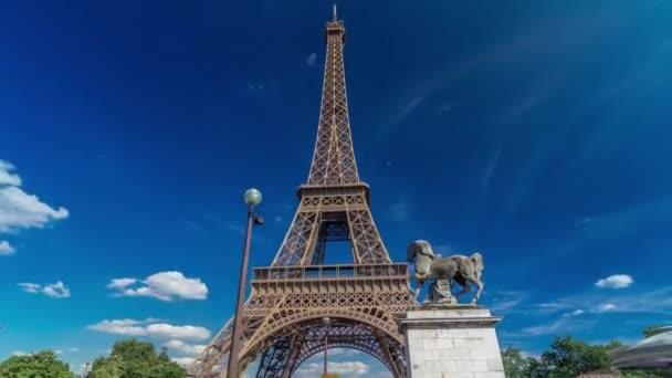 Eiffelova věž z mostu přes řeku Siene v Paříži timelapse hyperlapse, Francie