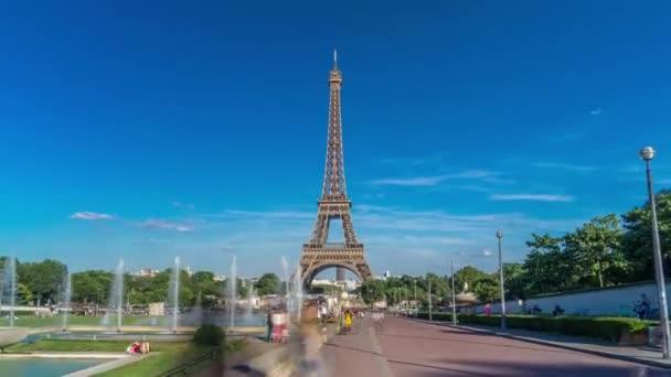 Západ slunce pohled na Eiffelovu věž timelapse hyperlapse s kašnou v Jardins du Trocadero v Paříži, Francie.
