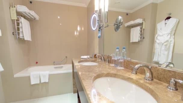 Modern márvány fürdőszoba két mosogató, zuhanyzó és kád timelapse hyperlapse