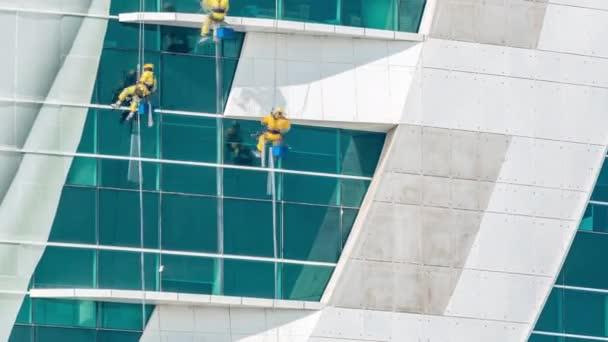 Pracovníci mytí oken moderní mrakodrap budovy timelapse