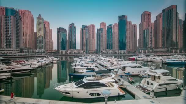 Dubai Marina kora reggeli órákban időbeosztás jachtokkal