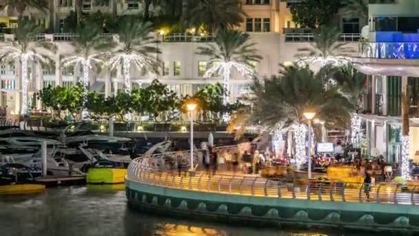 Promenáda v Dubajském přístavu v noci, SAE.