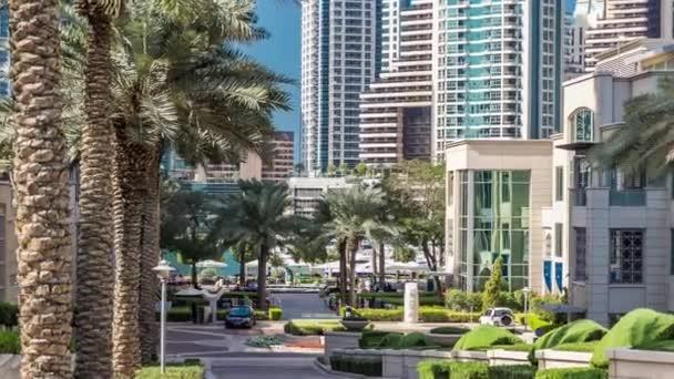 Brunnen und Palmen im Zeitraffer beim Marina-Spaziergang während des Tages. Dubai, VAE