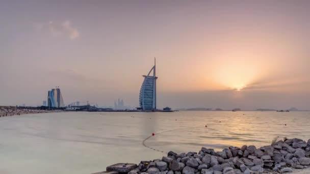 Dubaj panorama s Burj Al Arab hotel během západu slunce.