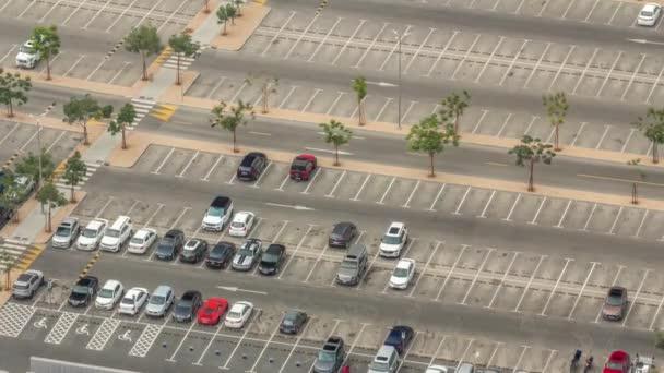Großer Parkplatz in der Nähe von Einkaufszentrum von vielen Autos überfüllt Zeitraffer-Luftaufnahme