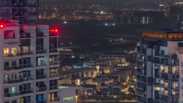 Luxus-Häuser und Villen in der Nähe von Kanal mit Türmen Zeitraffer in Business Bay, Dubai, Vereinigte Arabische Emirate.