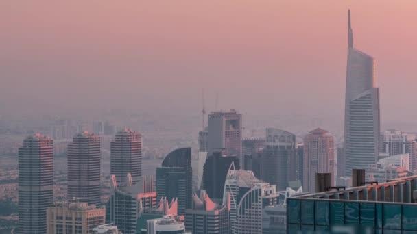 JLT-Wolkenkratzer in der Nähe der Sheikh Zayed Road im Zeitraffer. Wohngebäude und Villen dahinter