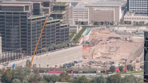 Velké staveniště s vykopávkami včetně vykopávek a jeřábů, které pracuje na komplexu budov.