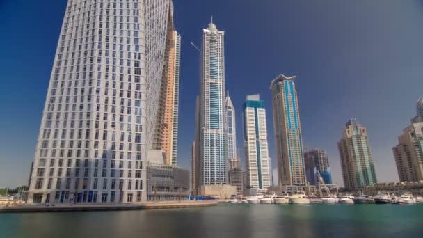 Dubai Marina mrakodrapy. Pohled z nábřeží timelapse hyperlapse