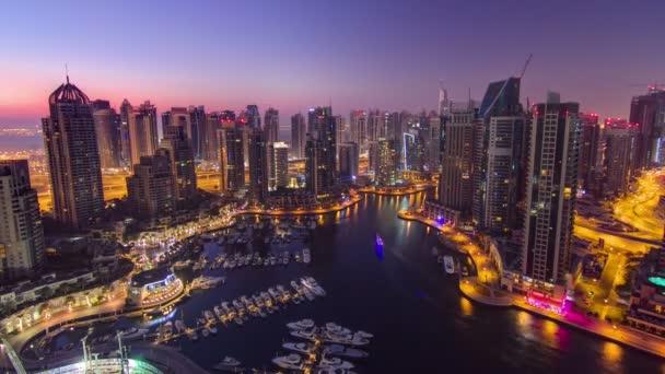 Dubai marina přístavu panorama z noci na den přechodu timelapse