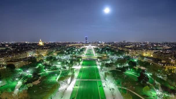 Champs de Mars od Eiffelovy věže v noci s rostoucí měsíc timelapse