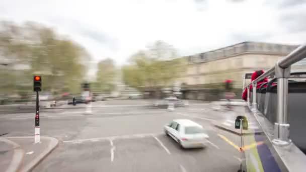 Pohled z pohybu turistický autobus na silnici a budov je Paříž, Francie, timelapse část 2