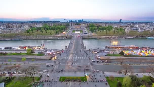 Pohled na řeku Seinu, Trocadero a La Defense od Eiffelovy věže. Den na noční timelapse. Evropa, Paříž, Francie