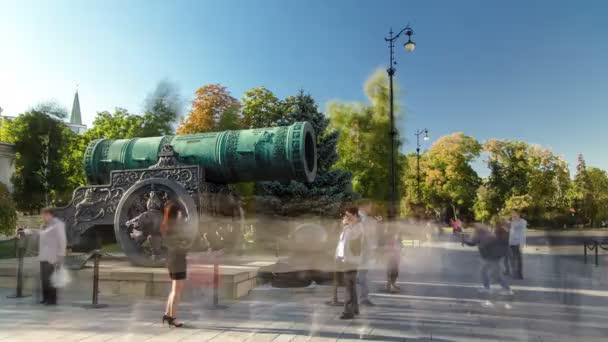 Moskva, Rusko-červenec 2014: Archangelská katedrála a Car Pushka. Car Pushka-obrovský starodávný kanón v Moskevské Kremce Rusko