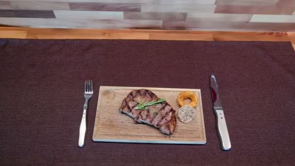 Grilovaná Ribeye Steak Angus černý a pepř omáčka na maso řezání palubě timelapse