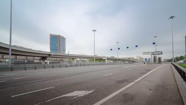 Provoz městské dopravy v Leningradskoye shosse timelapse hyperlapse, Moskva
