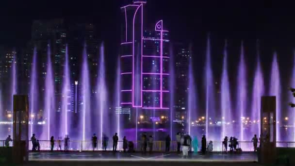 Abend musikalische Brunnenshow. singende Fontänen im Sharjah-Zeitraffer, uae