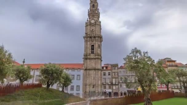 Glockenturm der Clerigos Kirche in wolkenlos blauen Himmel Hintergrund Timelapse hyperlapse