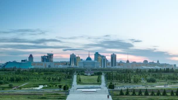 Panorama den města Astana na noční timelapse a rezidence prezidentů Akorda s parkem