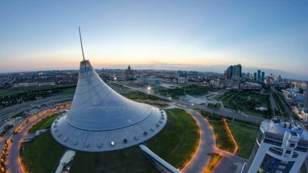 Pohled na centrum města s Khan Shatyr a centrální obchodní čtvrti v noci na den Timelapse, Kazachstán, Astana
