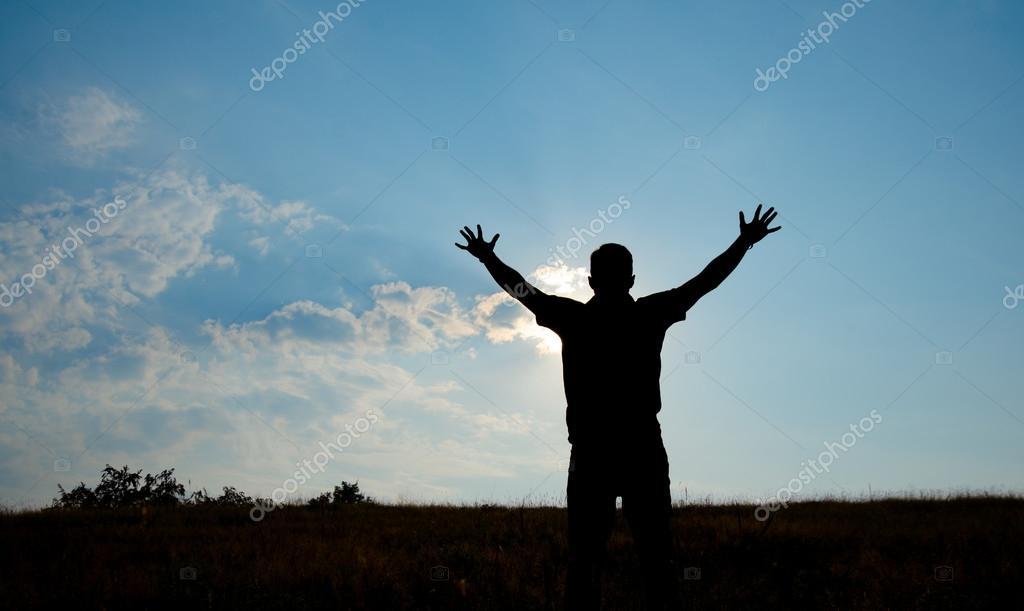 Silhueta De Adoração Do Homem Com As Mãos Levantadas Para