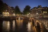 Domy v Amsterdamu v noci