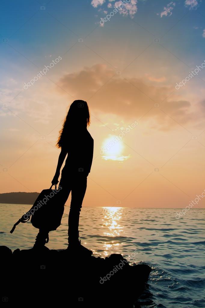 la silhouette della ragazza con lo zaino al tramonto foto stock 2adrenalin 61129977. Black Bedroom Furniture Sets. Home Design Ideas